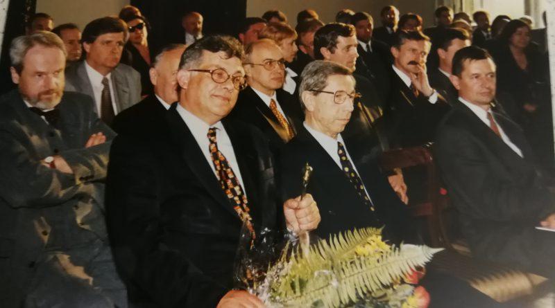 Uroczystość jubileuszowa 5-lecia Centrum Targowego Kielce w 1997 roku. Na zdjęciu Witold Zaraska, wówczas właściciel targów kieleckich, a na Sali cały zarząd Korporacji Targowej.